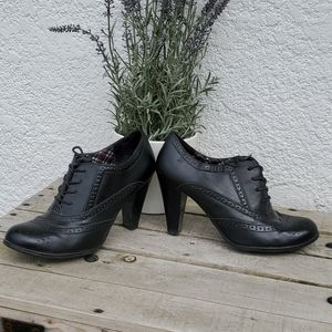 Black heeled laced up loafers